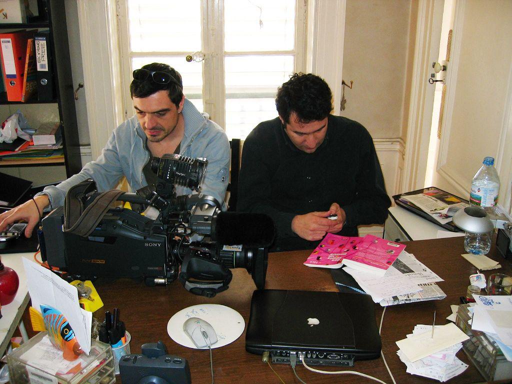 L'équipe de tournage de TF1, dans mon bureau!