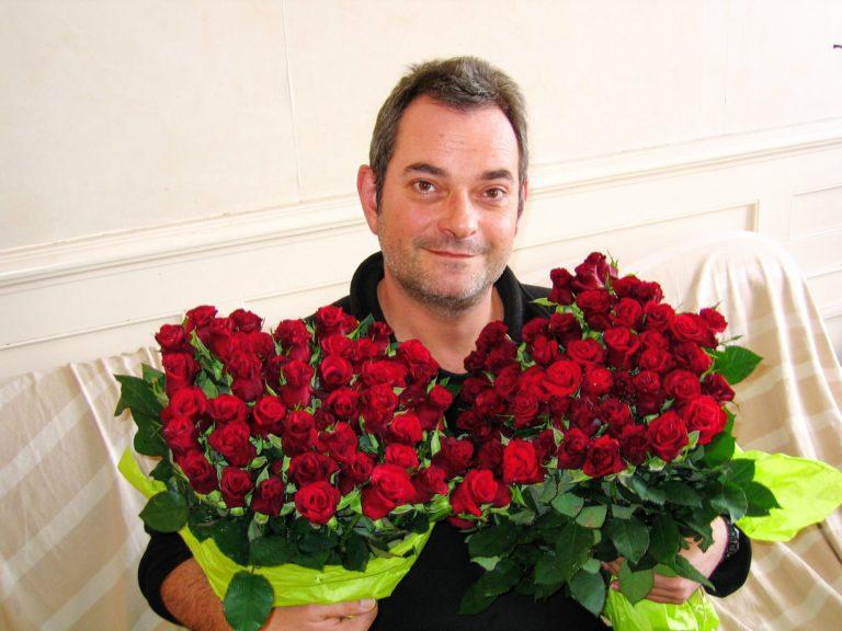 Une admiratrice m'envoie un énorme bouquet de roses rouges!